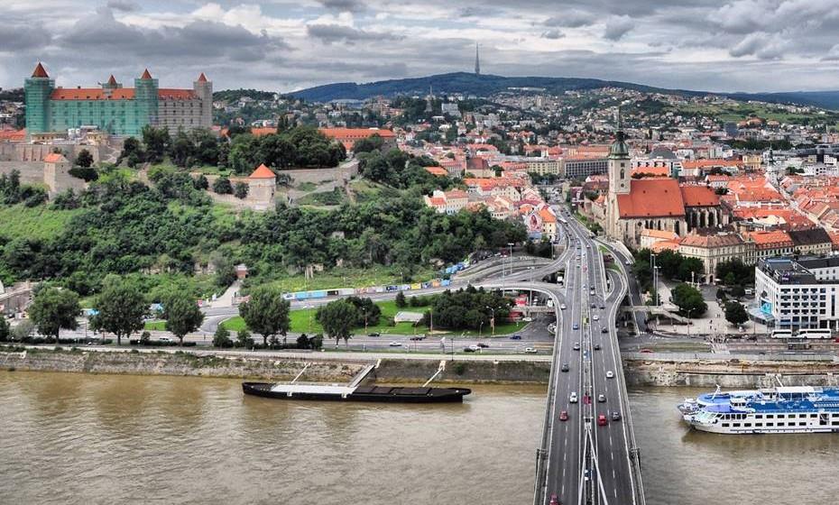 Bratislava, Eslováquia - Rodeada de vinhas e montanhas densamente florestadas, e no cru-zamento entre Viena, Praga e Budapeste, a capital da Eslováquia é tanto uma aldeia rural presa no passado como uma cidade europeia firmemente virada para o futuro. Fazer um passeio de barco pelo Danúbio é uma excelente forma de ver a cidade e as muralhas do cas-telo oferecem vistas fabulosas. A sopa de alho e o bryndza (queijo de ovelha cremoso) são as especialidades da zona e não pode mesmo perder a oportunidade de ir a um dos lugares reservados, mas amigáveis para um copo de brandy Borovicka.