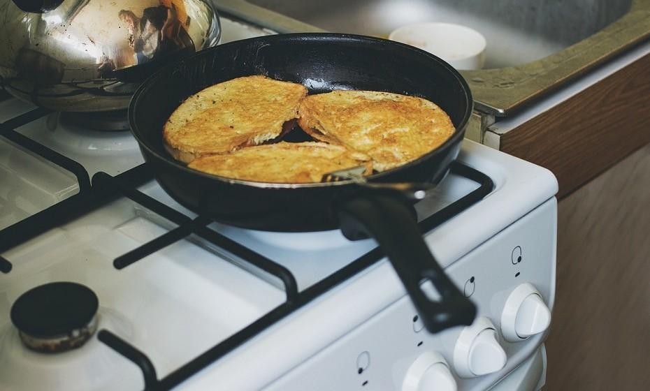 Este é um passo que não pode esquecer: Limpar o fogão. Esta é provavelmente a parte mais suja da sua cozinha. As gorduras vão se acumulando e podem ser difíceis de tirar. Escolha um desengordurante forte, coloque em cima das manchas de sujidade e deixe atuar durante alguns minutos. Desta forma, a gordura sairá mais facilmente.