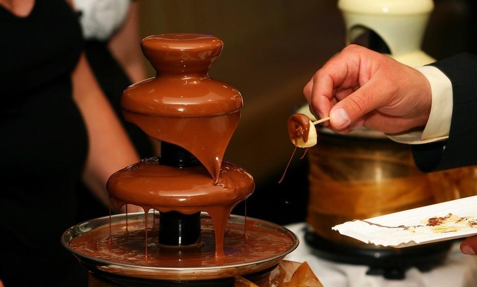 Não há nenhuma evidência científica de que tratar a sua pele com algum produto doce será eficaz no tratamento da pele. No entanto, existe um tratamento que promete suavizar a desintoxicar a pele e envolve estar sentada em chocolate durante uma hora.