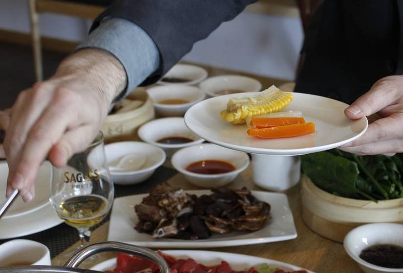 O Hot Pot é uma refeição demorada e  normalmente  feita em família