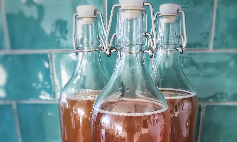 Kombucha é uma bebida fermentada feita com chá e uma cultura de bactérias e leveduras. Esta bebida efervescente tem um sabor semi-azedo, melhora a função digestiva e remove as toxinas do corpo. Fonte: 'Times'.