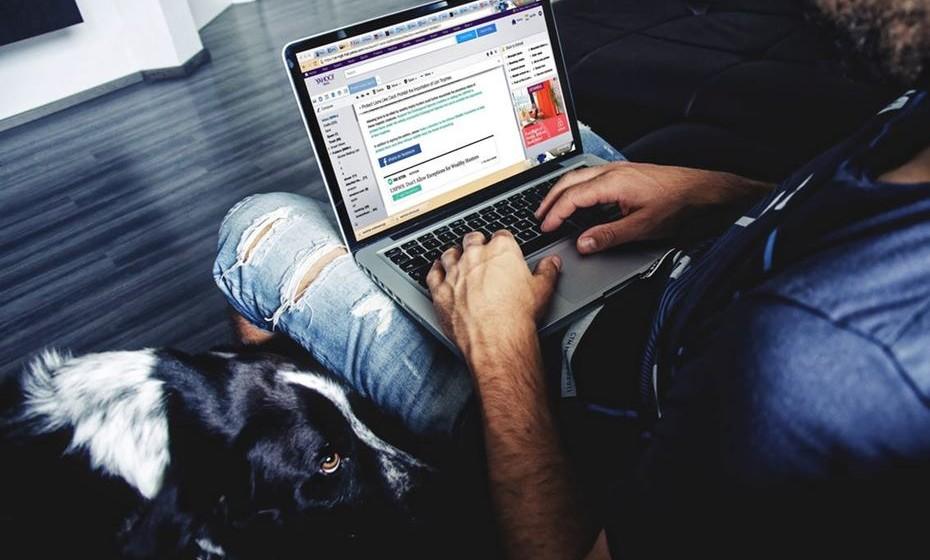 """Não conhece as palavras """"fim de semana"""": Mesmo ao sábado e domingo não consegue afastar-se do computador ou do smartphone? E é muito frequente passar as manhãs ou tardes de sábado no escritório? Se para si todos os dias são iguais, alguma coisa está errada."""