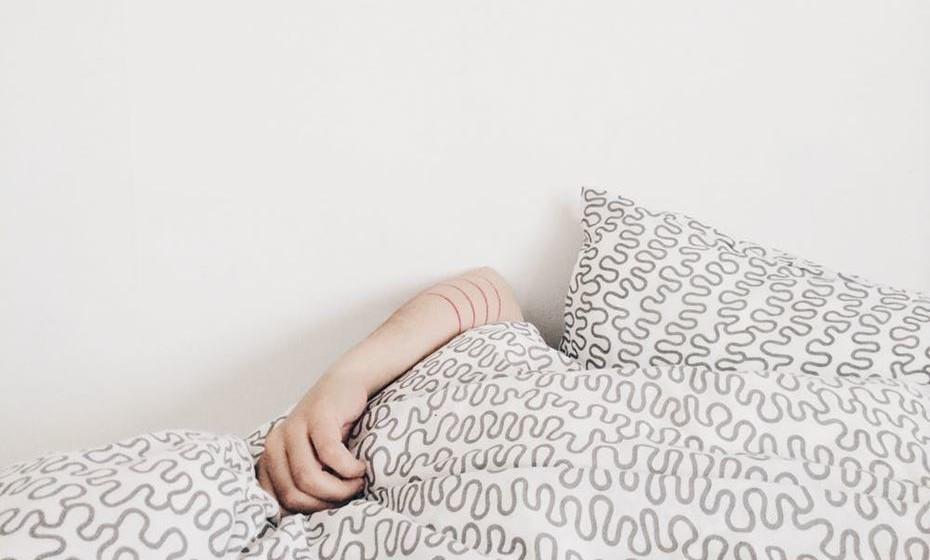 Dorme mal: Tem dificuldade em adormecer, sonha constantemente com o trabalho e acorda antes do despertador, a pensar que se calhar podia começar a trabalhar um bocado mais cedo.