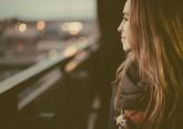 A inteligência emocional afeta a forma como se gere o comportamento, lida com as complexidades sociais e toma decisões para alcançar resultados positivos. Tony Robbins, life coach com milhões de seguidores em todo o mundo, elaborou uma lista daquelas que são as características de alguém emocionalmente inteligente. Confira.