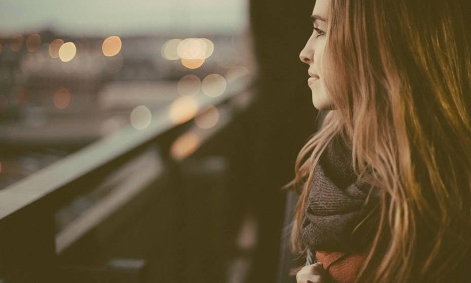 A inteligência emocional afeta a forma como gere o comportamento, lida com as complexidades sociais e toma decisões para alcançar resultados positivos. Tony Robbins, life coach com milhões de seguidores em todo o mundo, elaborou uma lista daquelas que são as características de alguém emocionalmente inteligente. Confira.