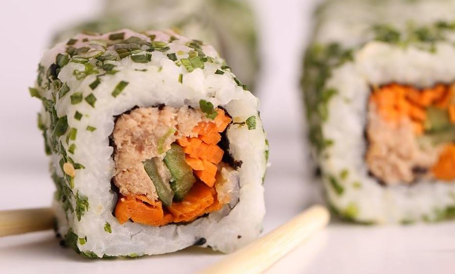 Sushi: Se pensarmos que o sushi é feito de peixe fresco, algas e arroz branco, não parece haver nada de errado. O problema é que nalguns sítios o sushi também leva molhos, como maionese ou queijo-creme. O sushi com abacate e salmão fumado também deve ser comido com moderação e tudo o que tem tempura é frito. Prefira o sushi de peixe e legumes e certifique-se que a quantidade de arroz não é desproporcional.