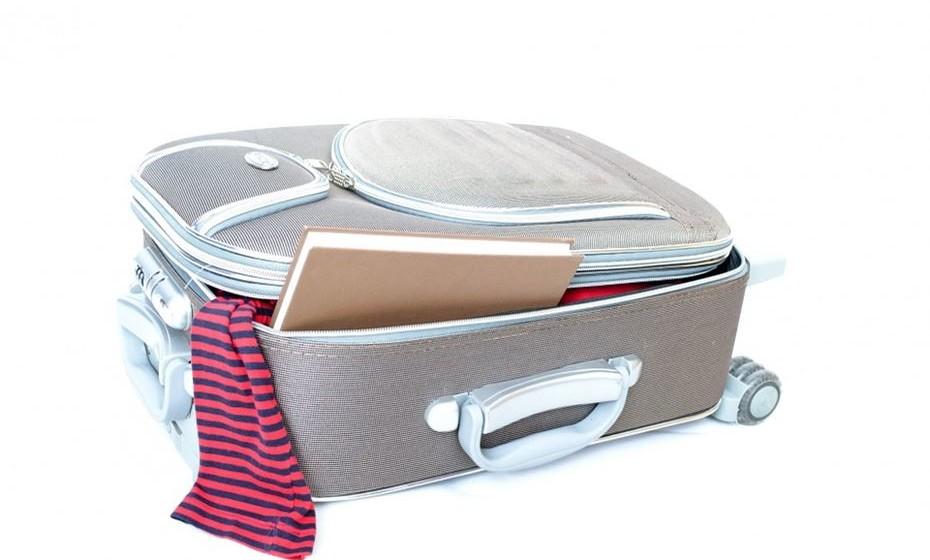 Faça as malas com sensatez. Para uma road trip não é necessário ir super carregado e com imensa bagagem. O ideal é uma mala média para cada viajante. Seja prático e leve apenas o necessário.