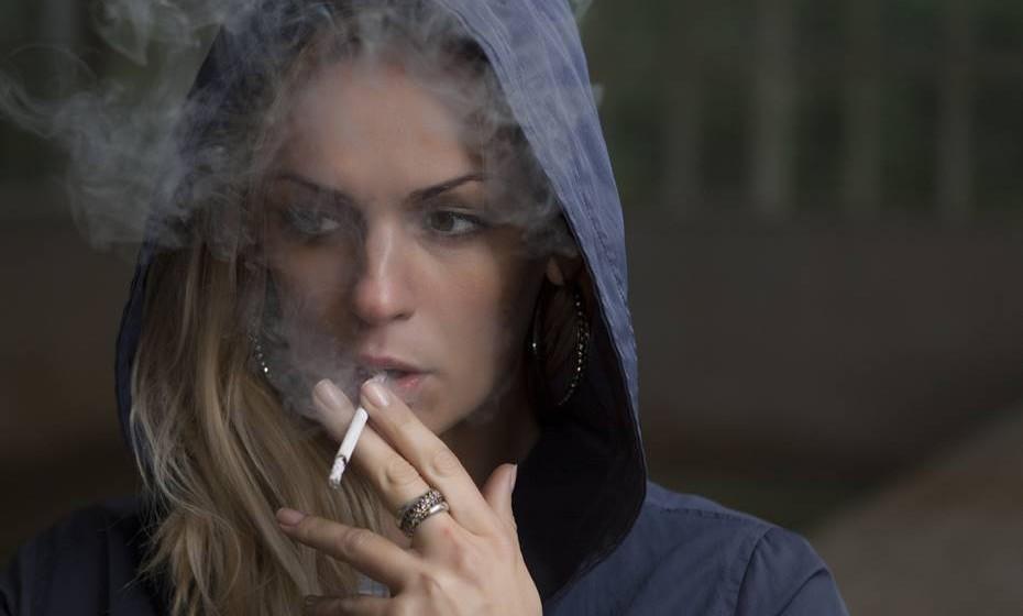 Todos sabemos que o tabaco prejudica a saúde. Mas não só, prejudica também a imagem de quem fuma. Pele, dentes celulite, varizes… tudo se agrava com o tabaco. Veja agora em pormenor os malefícios que o tabaco provoca à beleza.