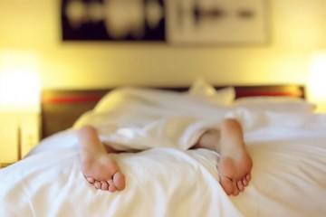 Se é daquelas pessoas que tem imensa dificuldade em se levantar da cama assim que acorda, e que está constantemente atrasada para a escola ou para o trabalho, saiba que há soluções. Confira.