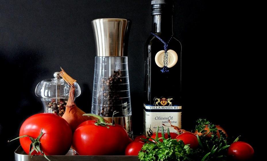 Molhos como ketchup, maionese e mostarda devem estar sempre no frigorífico. Os óleos e as especiarias devem ser guardados num local seco e escuro para prolongar a sua duração.