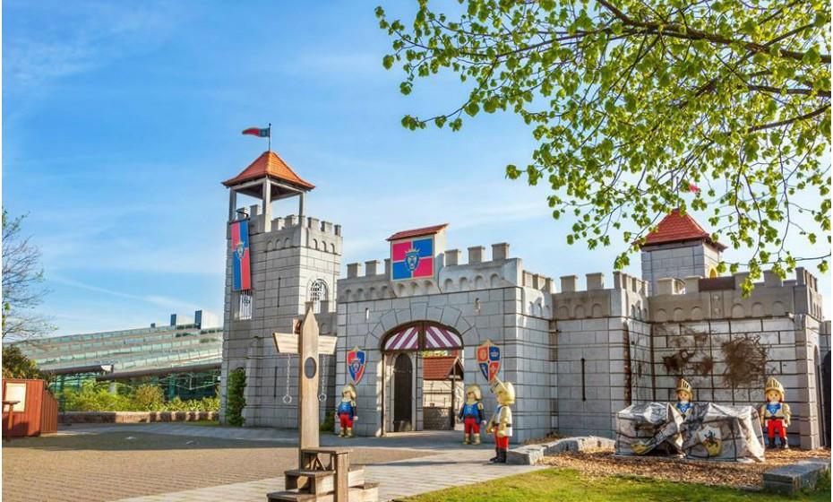 14. Playmobil-Fun Park, Alemanha. É um sonho para os amantes dos brinquedos – miúdos ou graúdos! Entre as várias atrações do gigantesco mundo de atividades do parque, está o navio de piratas de 17m, um castelo 20x20 com uma vista incrível e, para os fãs da Idade Média, uma ruína na selva, uma aldeia de índios, uma mina, entre tantas outras coisas.