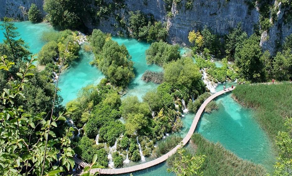 Património da Humanidade, o Parque Nacional dos Lagos de Plitvice tem 20000 hectares de bosques, lagos, cascatas, e muita fauna, numa paisagem de cortar a respiração. O parque possui 16 lagos que resultam da confluência de vários rios e cursos de água subterrrãneos.