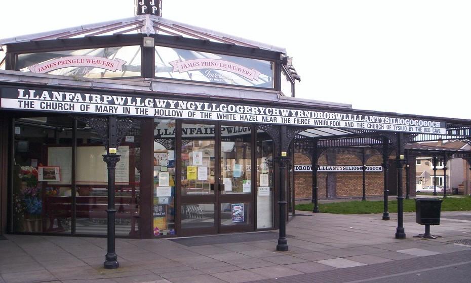 O nome de cidade mais comprido da Europa é Lanfairpwllgwyngyllgogerychwyrndrobwllllantysiliogogogoch, no País de Gales. Fonte: site 'List25.com'
