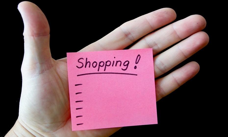 Reduza a sua lista de compras para aquilo que é estritamente essencial. Prefira fazer compras semanais, se possível, ao invés de fazer compras mensais.