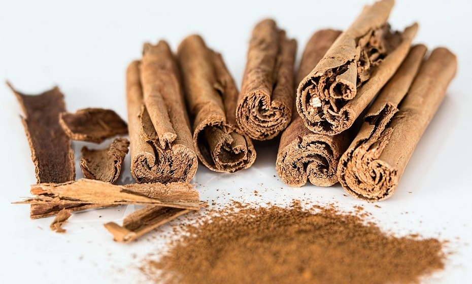 A canela é uma especiaria feita a partir da casca interna das árvores 'Cinnamomum'. Quando seca, formam-se tiras que se enrolam em rolos – paus de canela. É uma grande fonte de cinamaldeído, a substância responsável pela maior parte dos seus benefícios para a saúde.