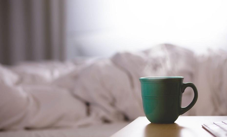 Mantenha uma bebida na mesa-de-cabeceira e, de preferência, que seja água. Beber algo assim que acorda pode ajudar a despertar.