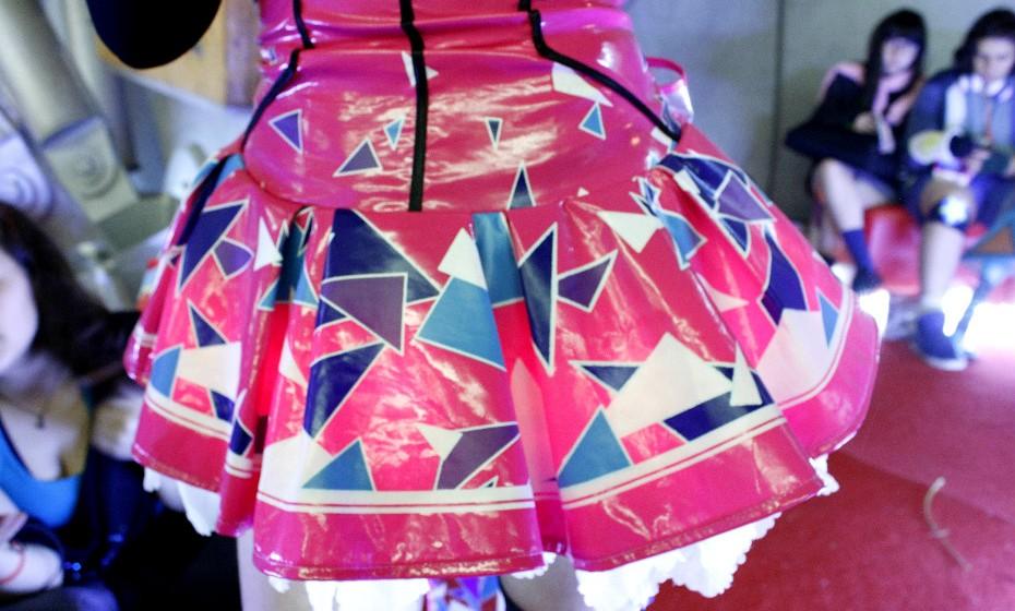 As saias têm luzinhas que dão dinâmica ao look.
