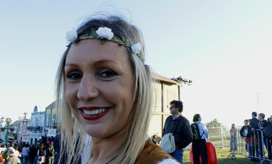 A bandolete de flores confere um ar primaveril e deveras 'hippie style' ao look de Carla.