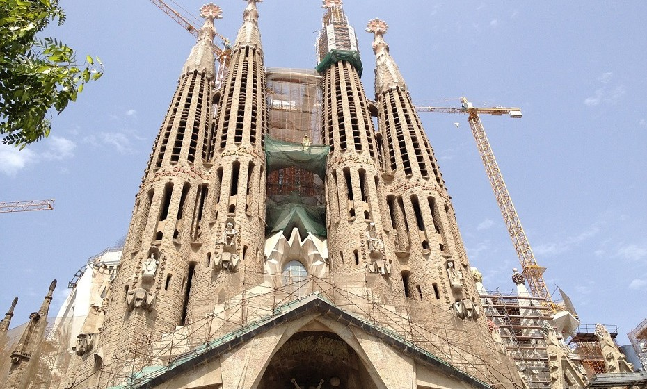 A igreja da Sagrada Família, em Barcelona (Espanha), está a demorar mais tempo a ser contruída do que as pirâmides do Egipto. A obra foi iniciada em 1882 e ainda não se encontra terminada.