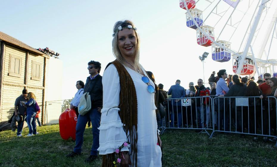Carla Trapola, 45 anos, extravasa o estereótipo de um outfit festivaleiro.