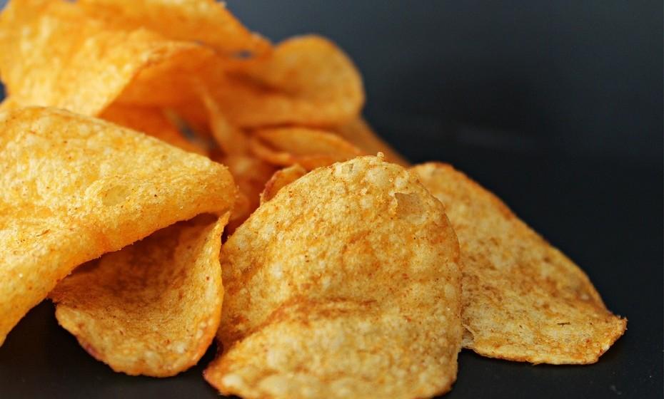 Prefira pacotes mais pequenos para reduzir a quantidade de calorias que consome. Se comprar pacotes maiores, por exemplo de batatas fritas, vai ter a tentação de comer sempre mais.