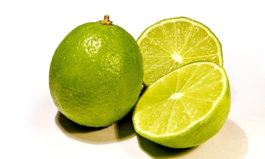 Deixe de lado os molhos gordurosos que coloca habitualmente nas saladas e opte por usar sumo de limão ou de lima. Dará uma explosão de sabor e complementa os vegetais da sua salada sem comprometer os seus componentes nutritivos.