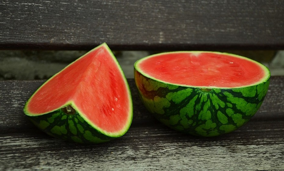 «A desidratação é uma das principais causas de dores de cabeça», esclarece Stella Mestobas à 'Woman's Day'. A água natural contida em algumas frutas e vegetais possui minerais essenciais, como magnésio, que são fundamentais na prevenção de dores de cabeça. Alguns alimentos com alto teor de água são o pepino, melancia, melão e tomate.