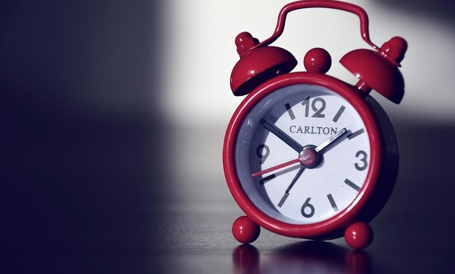 Coloque o despertador num lugar estratégico como, por exemplo, na outra ponta do quarto. Isto força a que se levante para o desligar.
