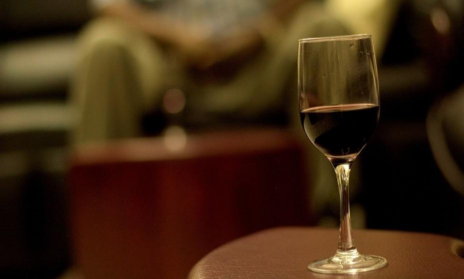 Em caso de ter uma nódoa de vinho tinto na roupa, experimente colocar uma dose generosa de vinho branco ou de álcool em cima da mancha e veja a magia acontecer.