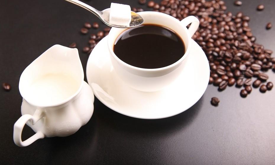 O café pode ser uma bebida muito saudável. No entanto, beber café com açúcar ou algum tipo de adoçante pode contribuir para o ganho de peso.
