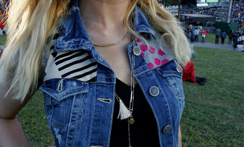 Inês, 34 anos, tem a sua própria marca de roupa de peças únicas e personalizadas à mão – Pura. Este colete é de lá.