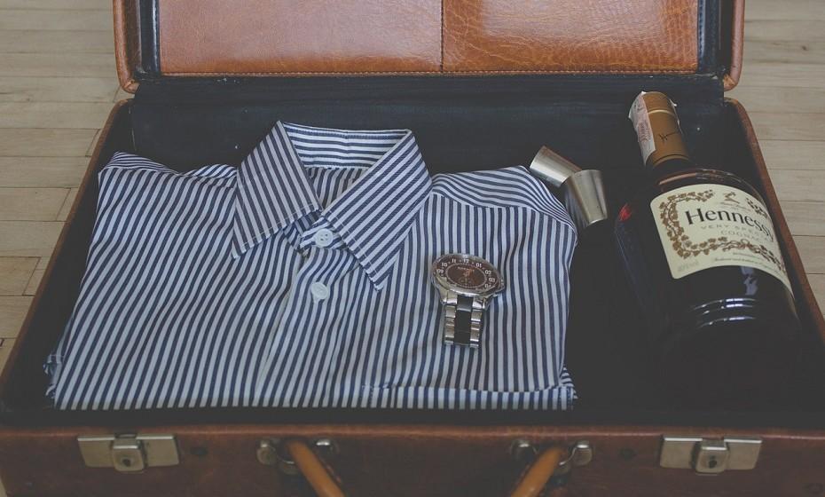 Capitalize o espaço vazio da mala. Enrole a roupa em vez de dobrar, coloque as meias, roupa íntima e acessórios dentro dos sapatos. Não deixe nenhum espaço vazio.