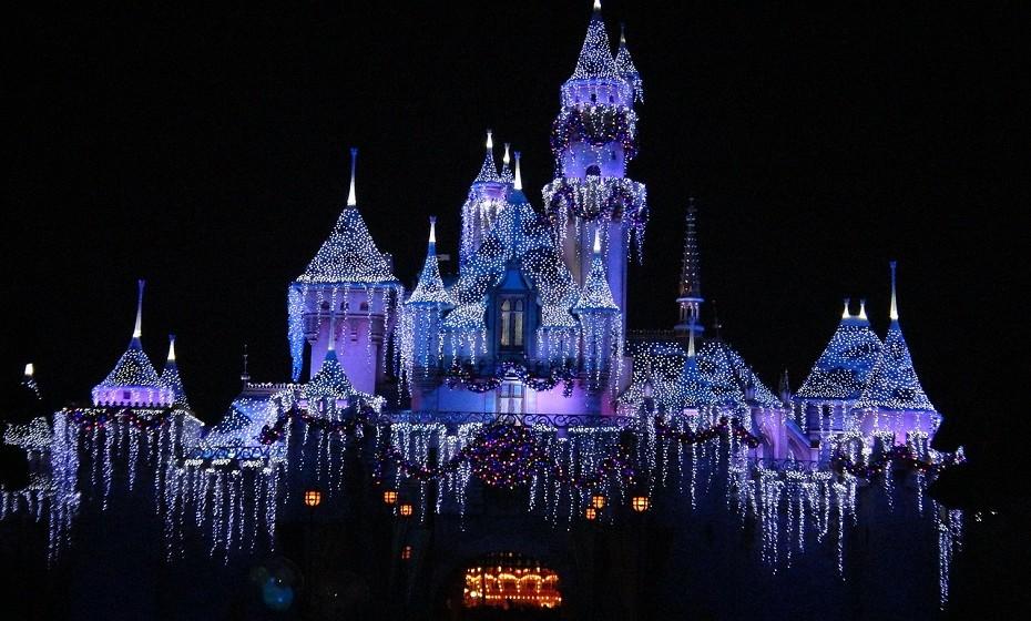 O local mais visitado em toda a Europa é a Disneyland, em Paris, França.