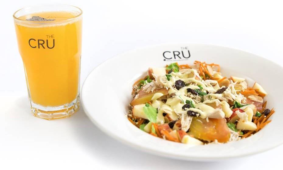 Salada de frango e  sumo de laranja com sementes de papoila