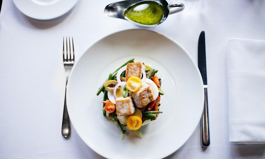 Opte por utilizares pratos mais pequenos e copos mais altos. Desta forma, reduz o tamanho das porções de comida e bebe mais água.