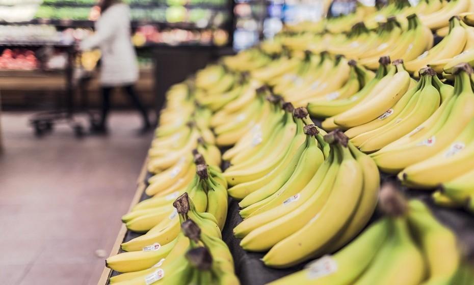 Compre fruta 'feia'. Em muitos casos, a fruta com cor 'inadequada' é deitada ao lixo pelos supermercados. No entanto, a fruta quando está nessas condições está perfeita para consumo. Tome o exemplo das bananas: quanto mais manchas pretas tiverem, mais maduras estão e é muito mais fácil para o organismo digeri-las.