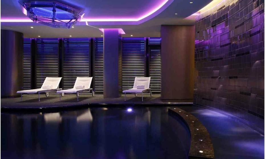 Ritz-Carlton Bali (Indonésia) é um spa recente, mas já deu provas do seu luxo e qualidade. O spa dispõe de uma piscina de hidromassagem,  composta por cinco secções que têm como alvo diferentes áreas do corpo. Há também dois jacuzzis, piscinas frias, sauna seca e a vapor, um estúdio de yoga com vista para o Oceano Pacífico e muito mais.