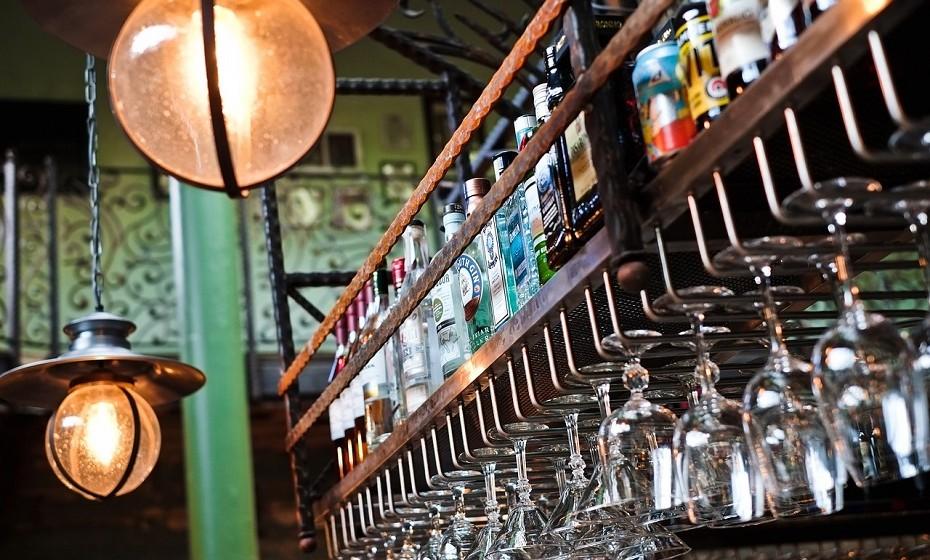 Tratar uma ressaca ao tomar outra bebida alcoólica parece paradoxal. No entanto, beber mais álcool na manhã seguinte é um famoso remédio para curá-la. Pode ser arriscado e ainda não está completamente provada a sua eficácia.