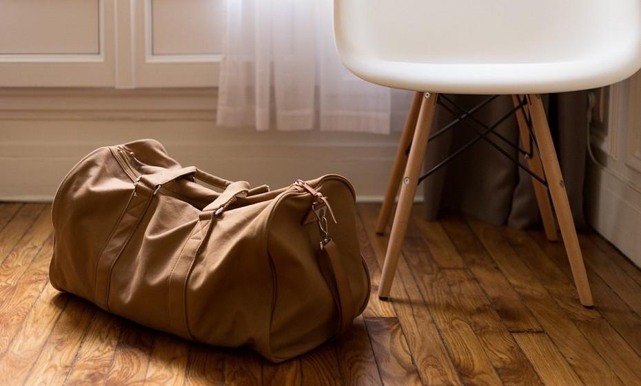 Ensaque tudo. Os sacos para as sandes podem ser utilizados para armazenar os acessórios, utilizar sacos de vácuo pode poupar espaço e os sacos de lixo têm múltiplas utilidades: para a roupa, para os sapatos, etc.
