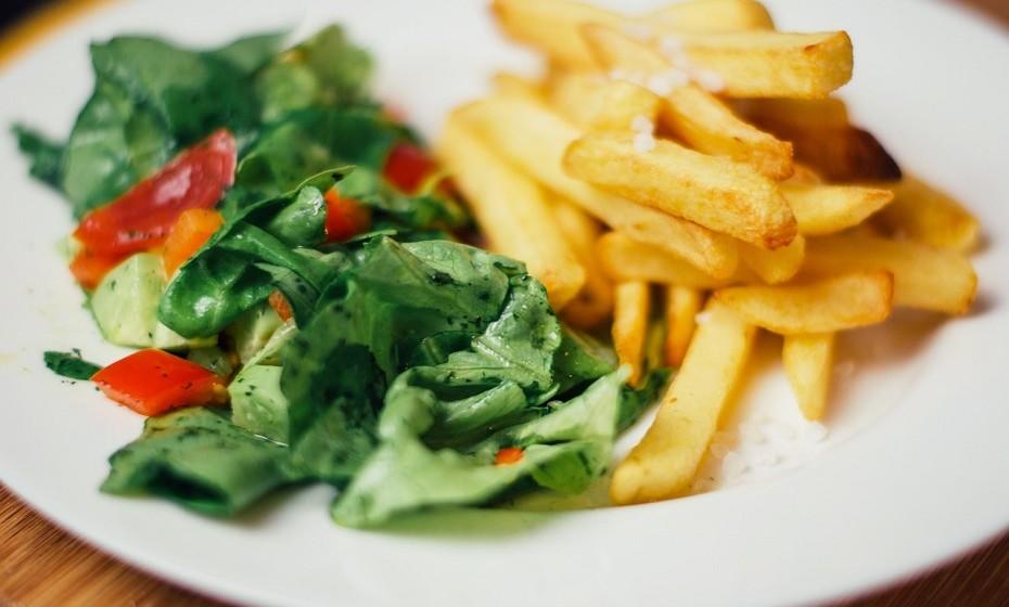 Em vez de fazer batatas fritas para acompanhar a sua refeição, opte por assá-las no forno em formato de palitos. É mais saudável e muito mais saboroso!