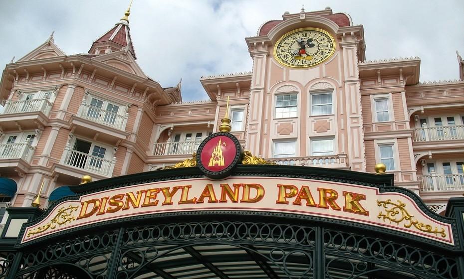 4. Disneyland Resort Paris, França. É a atração turística mais visitada em França e em toda a Europa. O resort cobre uma área total de 19km² e comporta dois parques temáticos, alguns hotéis resort, um complexo de compras, alimentação, entretenimento, um campo de golfe e muito mais.