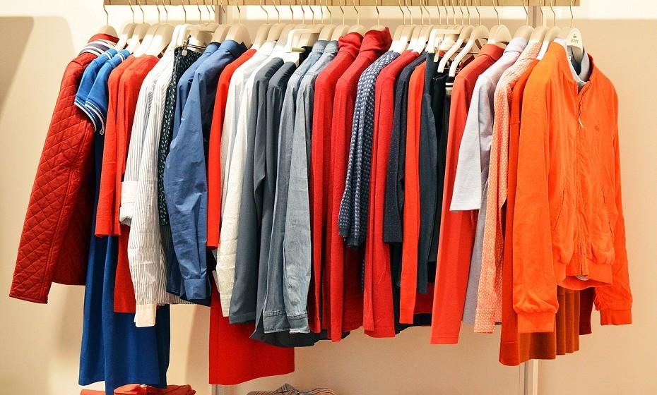 Para tirar manchas de sangue da roupa utilize peróxido de hidrogénio, conhecido comercialmente como água oxigenada.