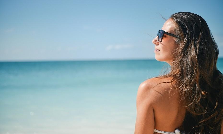 Proteja-se do sol de forma eficiente. Os raios UVA e UVB podem causar lesões ao penetrarem na pele. Danificam as fibras de colagénio e elastina, gerando o fotoenvelhecimento. Aplique o protetor solar mais indicado para a sua pele e com um SPF alto e evite a exposição entre as 12h e as 16h.