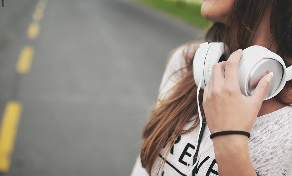 Ouvir música é uma das principais estratégias para se sentir melhor. Tem o poder de influenciar o humor de várias maneiras.