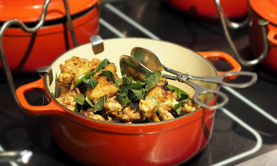 Não deite os restos fora. A comida que sobrar de uma refeição pode dar para outra. Guarde num recipiente e coloque no frigorífico ou no congelador para conservar.