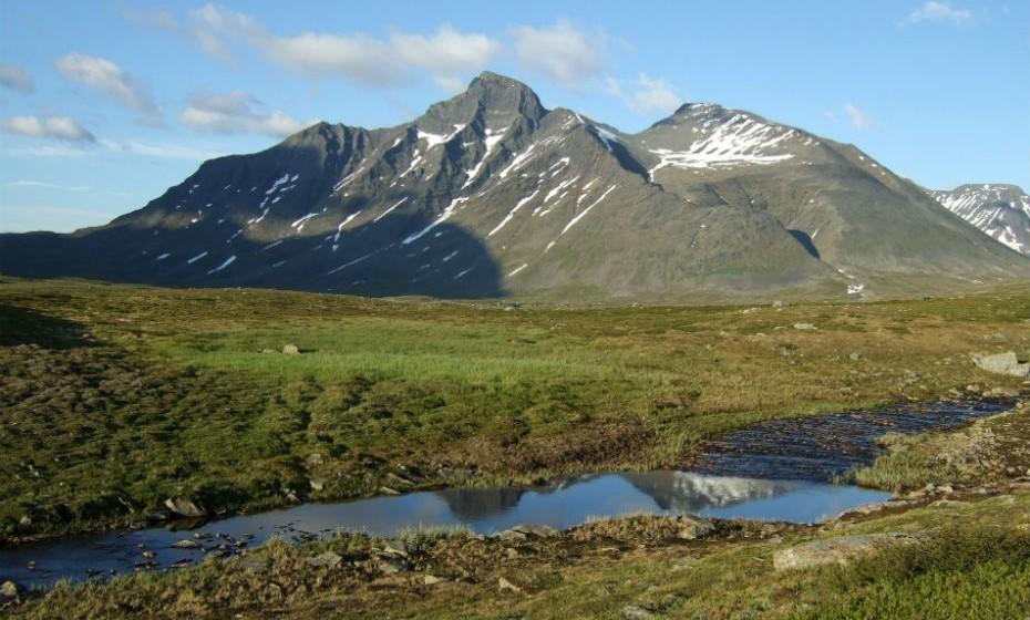 O parque Nacional Sarek, Suécia, não é de fácil acessibilidade e tem condições de terreno exigentes. É habitado por várias espécies de animais, está repleto de montanhas e de pequenas cascatas.