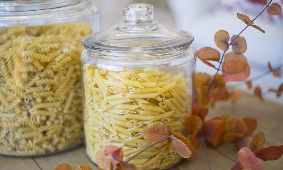 A chave para o armazenamento de alimentos secos, como grãos e cereais, é manter os alimentos em recipientes herméticos para que nenhuma humidade entre.