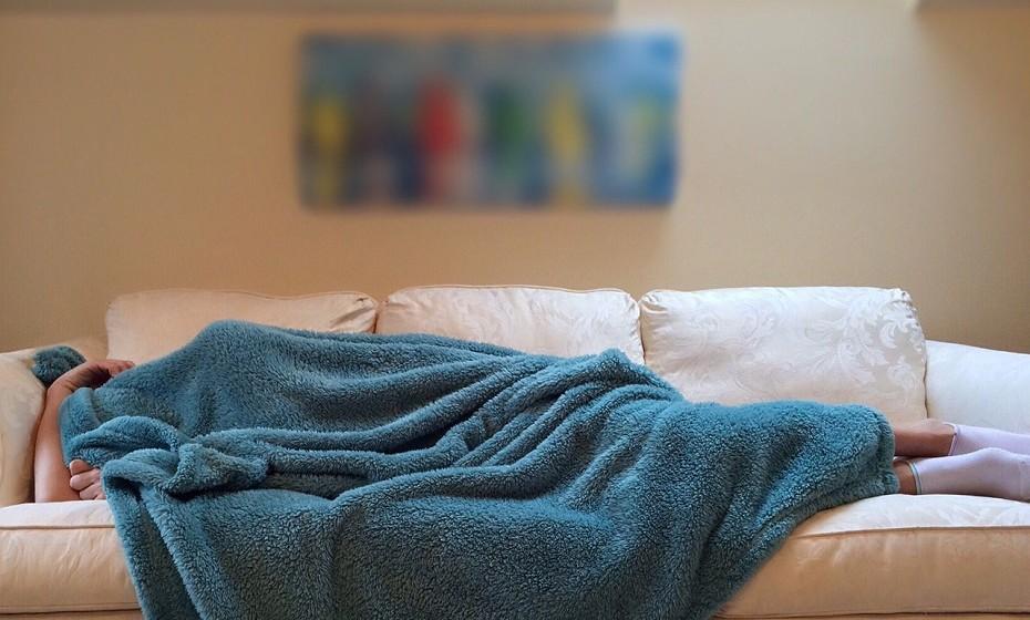 Tenha horários constantes para não desregular o relógio biológico – o cronograma interno. Tente ao máximo deitar-se e acordar às mesmas horas, para que não lhe custe tanto levantar-se da cama de manhã.