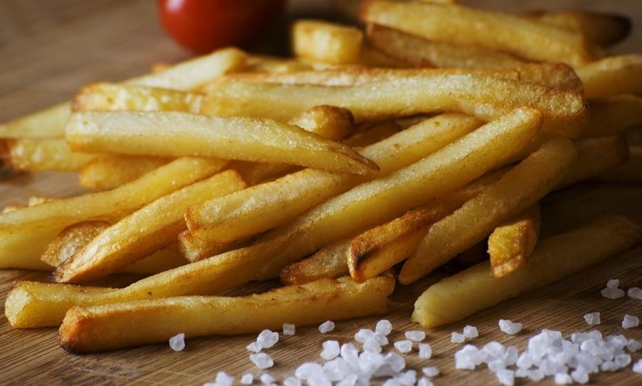 As batatas fritas são a perdição de muitos. A maioria das batatas fritas comerciais contêm um alto teor de gordura e sal. E como um mal nunca vem só, são geralmente comidas com molhos calóricos como maionese, ketchup, etc.