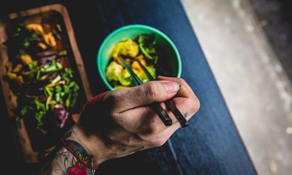 Coma devagar. Desta forma, come menos, sente-me mais satisfeito e consegue desfrutar melhor da refeição.